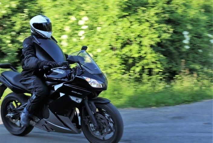 S1-insolite-motards-roulez-avec-votre-bouclier-578793.jpg.af4d18cd5e530478fddcc983fbca714e.jpg